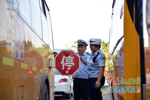 8月29日,上饶县交警大队开展校车安全专项大检查,组织交警和相关技术人员对辖区校车进行集中检查维护。记者 林 君摄