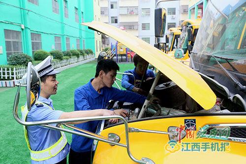 8月26日,乐安县交警大队对辖区内幼儿园10多辆校车集中进行了一次安全大检查。特约通讯员 邹春林摄