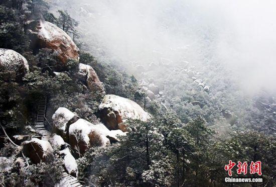 江西灵山春雪装扮美如仙境
