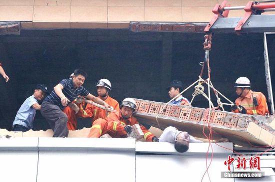墙体倒塌工人被困 江西消防官兵冒险营救