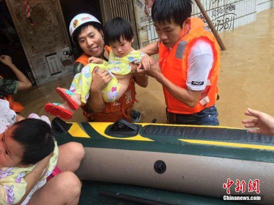 修水县城严重内涝 消防已搜救逾百人