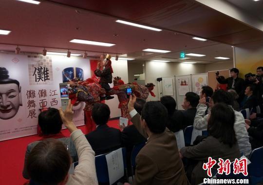 来自江西南丰傩班的艺人向200余名东京市民和文化学者表演了精彩的南丰傩舞,获得阵阵掌声。 平懿 摄