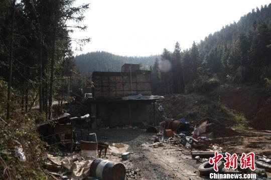 近日,江西省大余县警方捣毁了隐蔽于麻风窝山场的一非法冶炼黑窝点。警方供图