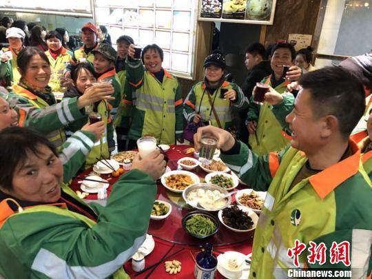 2月8日,江西南昌近70位环卫工人齐聚一堂吃年夜饭,唠嗑、拉家常,喜迎新年。 苏路程 摄