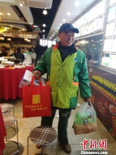 2月8日,江西南昌一环卫工人吃完年夜饭,准备回到工作岗位。 苏路程 摄