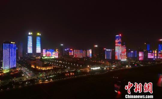 2月8日晚,《2018年春节版》灯光秀微电影在江西南昌赣江两岸正式亮相。 桂雄 摄