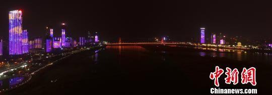 航拍下的南昌赣江两岸灯光秀。 桂雄 摄