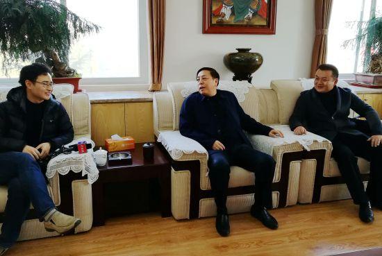中新记者采访南昌市政协主席周关(中)。