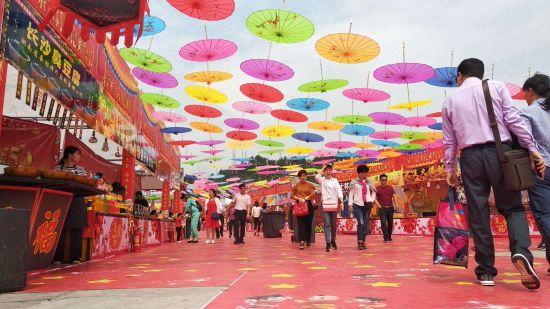 图为美食节活动现场,各式各样的美食吸引众多游客。