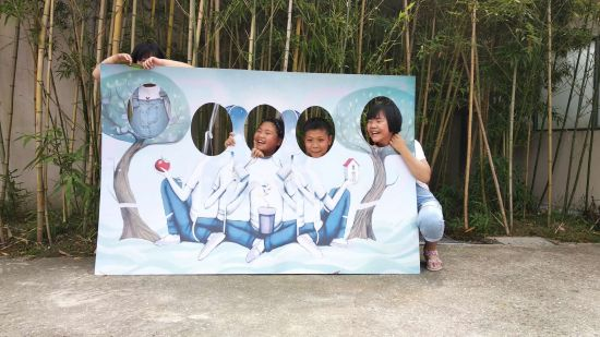 图为小朋友参与华泉小村狂欢活动