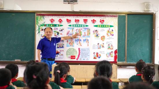 6月22日,青山湖区水上救援工作人员通过展板给孩子们介绍防溺水知识。