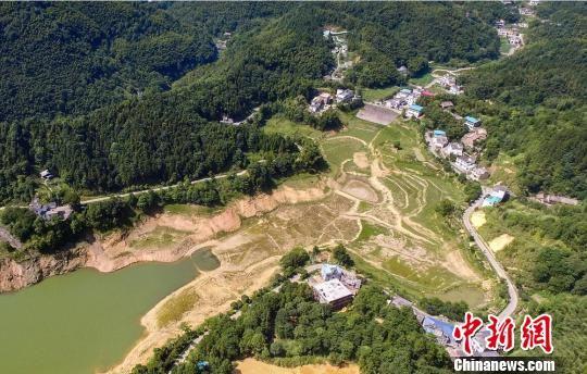 图为2018年9月,江西省萍乡市上栗县一水库,持续干旱已经导致当地水库见底。(资料图) 文锦 摄