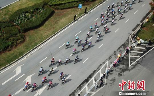 9月18日,航拍下的自行车选手激烈竞速。 刘占昆 摄