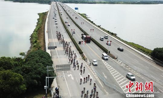 9月18日,车手们通过南昌瑶湖大桥。 刘占昆 摄