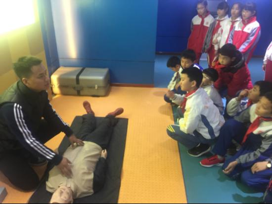 九江小学组织学生参观生命体验馆掌握应急救护