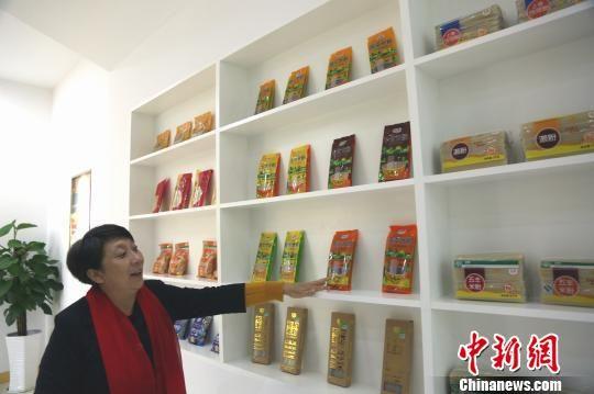 江西五丰米粉总经理郭永红在企业产品展示区前介绍畅销的出口米粉产品。 姜涛 摄