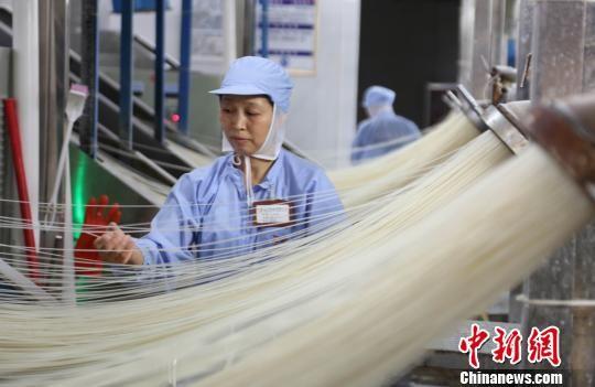 江西五丰米粉生产车间内,女工正在作业。 姜涛 摄