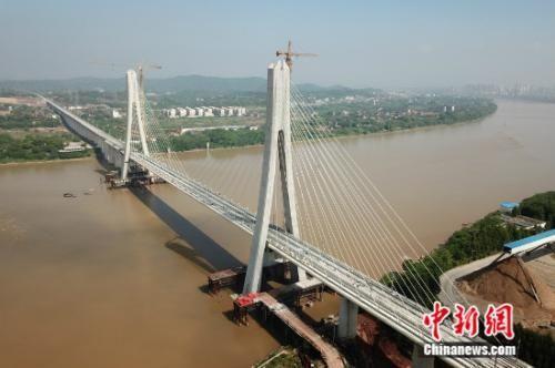全国首座大跨度高铁斜拉桥开?#35745;?#36712;