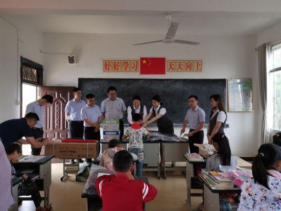 广发银行南昌分行东湖支行党支部深化村庄小学开展活动