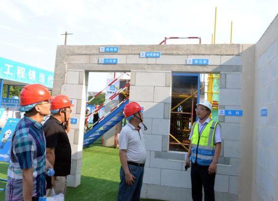 中建三局一公司南昌中航城项目经理戴真强进行现场讲解
