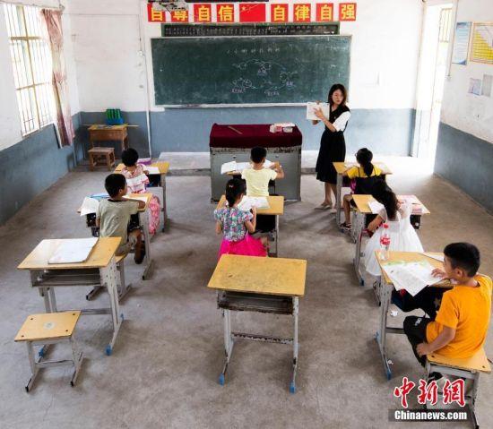 """江西""""90后""""女教师坚守乡村""""麻雀小学"""""""