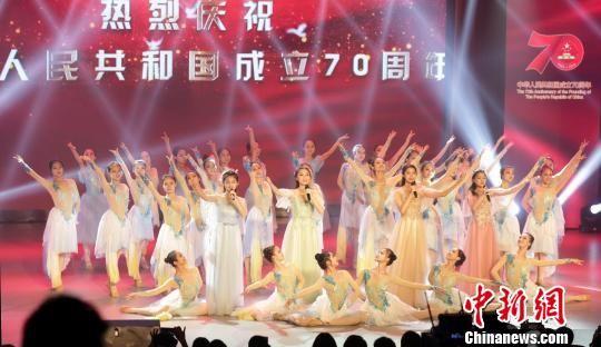 江西统?#24509;?#32447;庆祝新中国成立70周年文艺汇演在昌举行