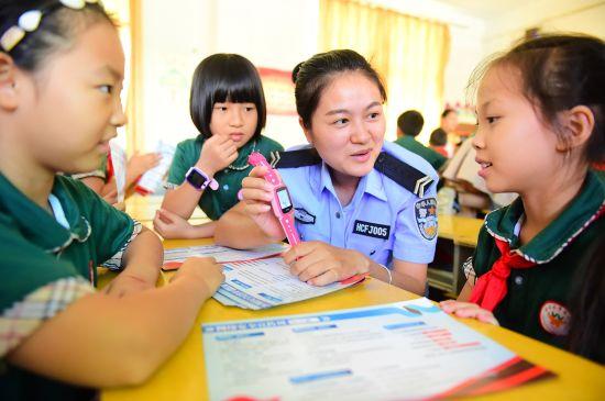 当地网安大队辅警在向学生讲解使用网络手表需注意的网络安全事项