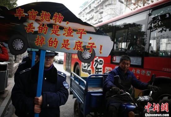 南昌城管交警首次聯合整治車窗亂拋行為