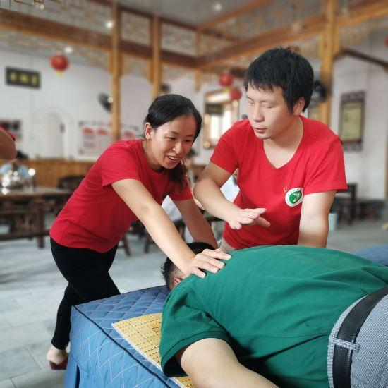 图为村民在服务队队员的指导下体验穴位按摩(蔡舒雨 摄).jpg