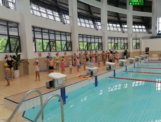 图片说明:区教育科技体育局和力强体育发展有限公司对建档立卡贫困户未成年子女举办免费游泳培训活动