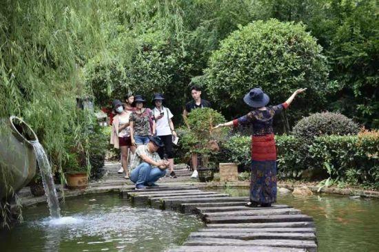 考察期间,考察团被龙南的山水生态自然美景吸引,纷纷拍照留念。