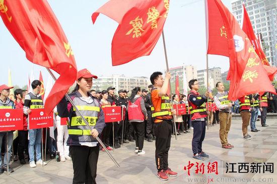 江西九江浔城400余名市民当志愿警察