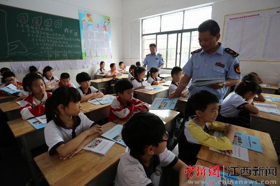 年6月19日,江西省瑞昌市市场和质量监督管理局工作人员在课堂上