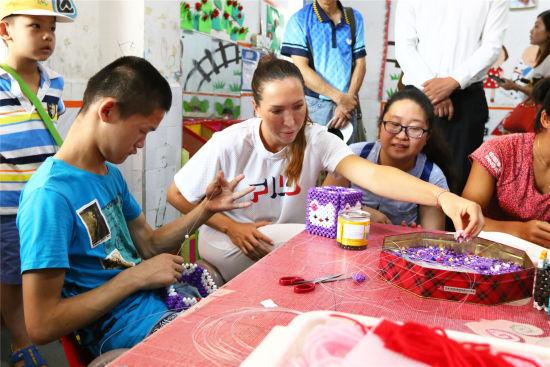 耶莱娜·扬科维奇、郑妩双走进南昌市社会福利院