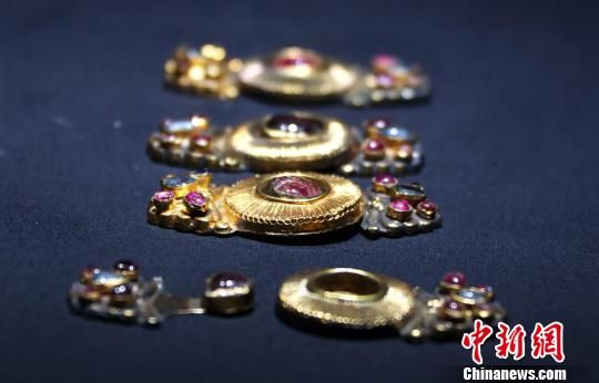 龙8国际娱乐手机登录展出百余件明代王妃首饰 镶宝嵌玉仍旧金光耀眼