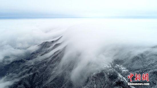 如梦似幻!龙8国际娱乐手机登录庐山雪后现罕见壮观瀑布云