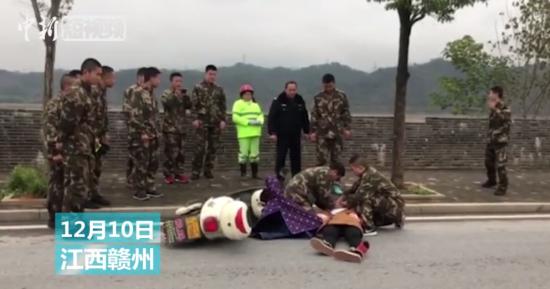 女子马路上晕倒昏迷 过路消防员紧急施救