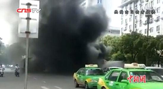 江西南昌一公交车闹市起火致一人身亡