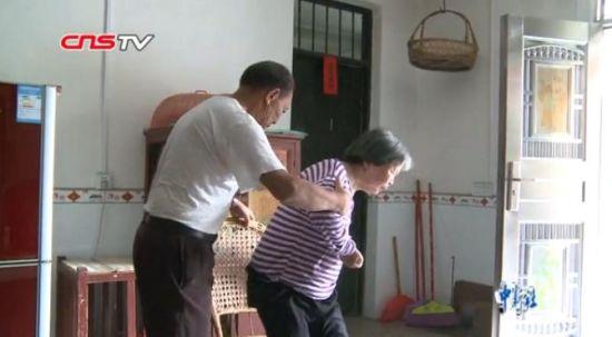 """龙8国际娱乐手机登录一老人16年悉心护理 """"爱的方式""""让植物人妻子重新站立"""