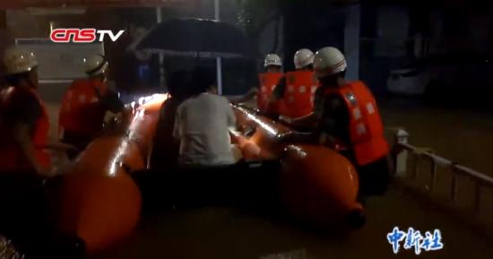 注册送白菜网景德镇:洪水没过消防员胸口 1300余人被疏散