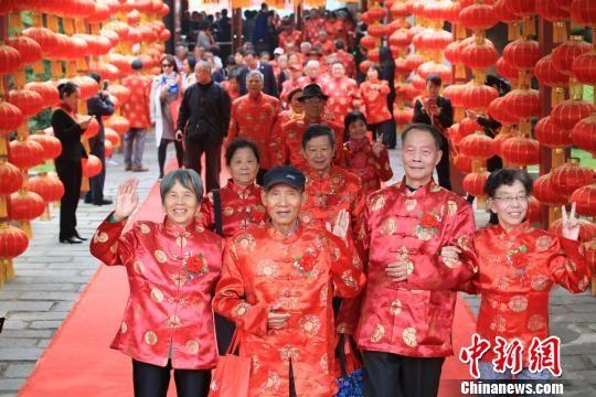 重阳节:注册送白菜网99对银发夫妇滕王阁下庆金婚