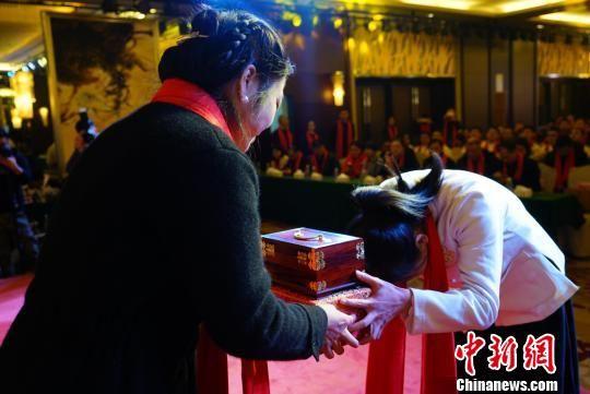 龙8国际娱乐手机登录一中医馆举行授徒师承仪式 传承国粹经典