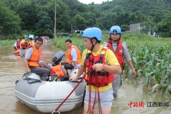龙8国际娱乐手机登录发防汛红色预警 民间救援队紧急转移民众