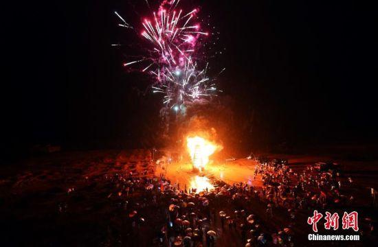 龙8国际娱乐手机登录余干乡村雨夜烧塔庆祝中秋佳节