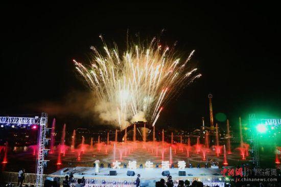 龙8国际娱乐网址上演璀璨焰火表演 唯美浪漫