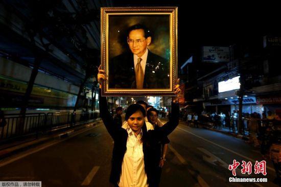 泰国国王普密蓬遗体被运往大皇宫 民众夹道送行