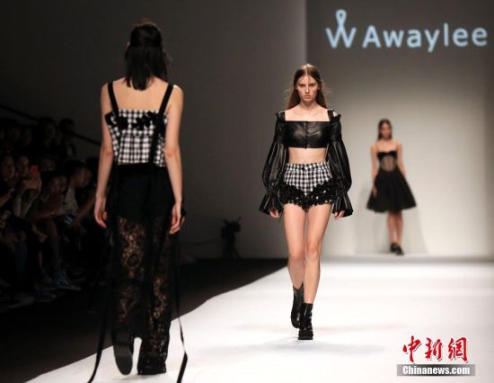 上海时装周举行 模特T台秀演绎少女情怀