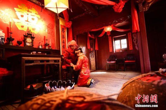 """龙8国际娱乐手机登录婺源篁岭古村上演传统婚俗""""哭嫁"""""""