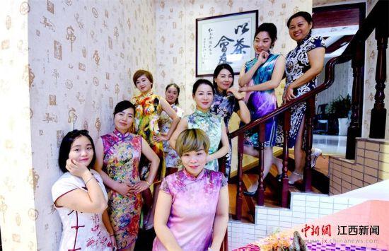 龙8国际娱乐手机登录宜春上演优雅旗袍秀  展现女性柔美