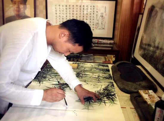 龙8国际娱乐手机登录书画家江华锋扎根义乌 常绘家乡山水美景